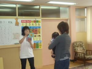 数字の歌のフラッシュカードに集中している赤ちゃん