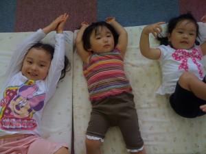 お布団で楽しそうに遊んでいる子供たち